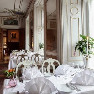 Njut av god mat i restaurangen på Södertuna Slott