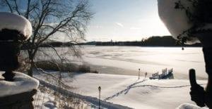 Ta en promenad längs Frösjön