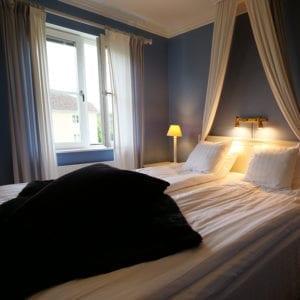 Njut av en god natts sömn i slottets hotellrum