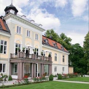 Slottets entré från parken