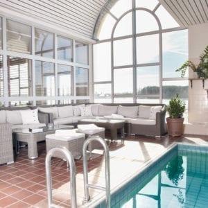 Relax med pool och vy över Frösjön
